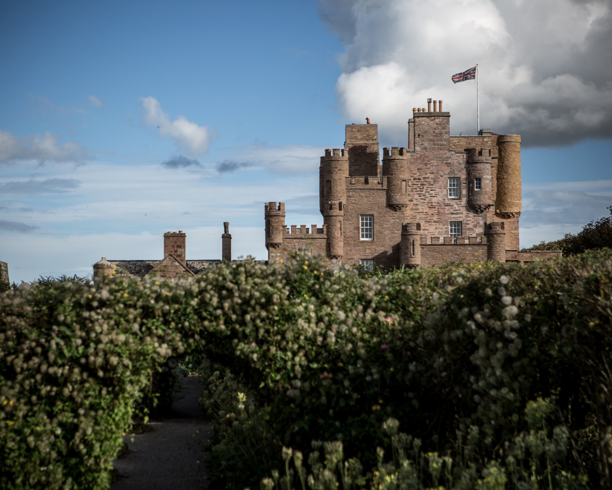 Image of the castle of mey with surrounding garden